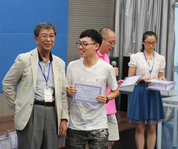 Dr. Gao, Nanjing University MARC and Dr. Obata, Director of RIKEN BRC awarding certificate to a participant